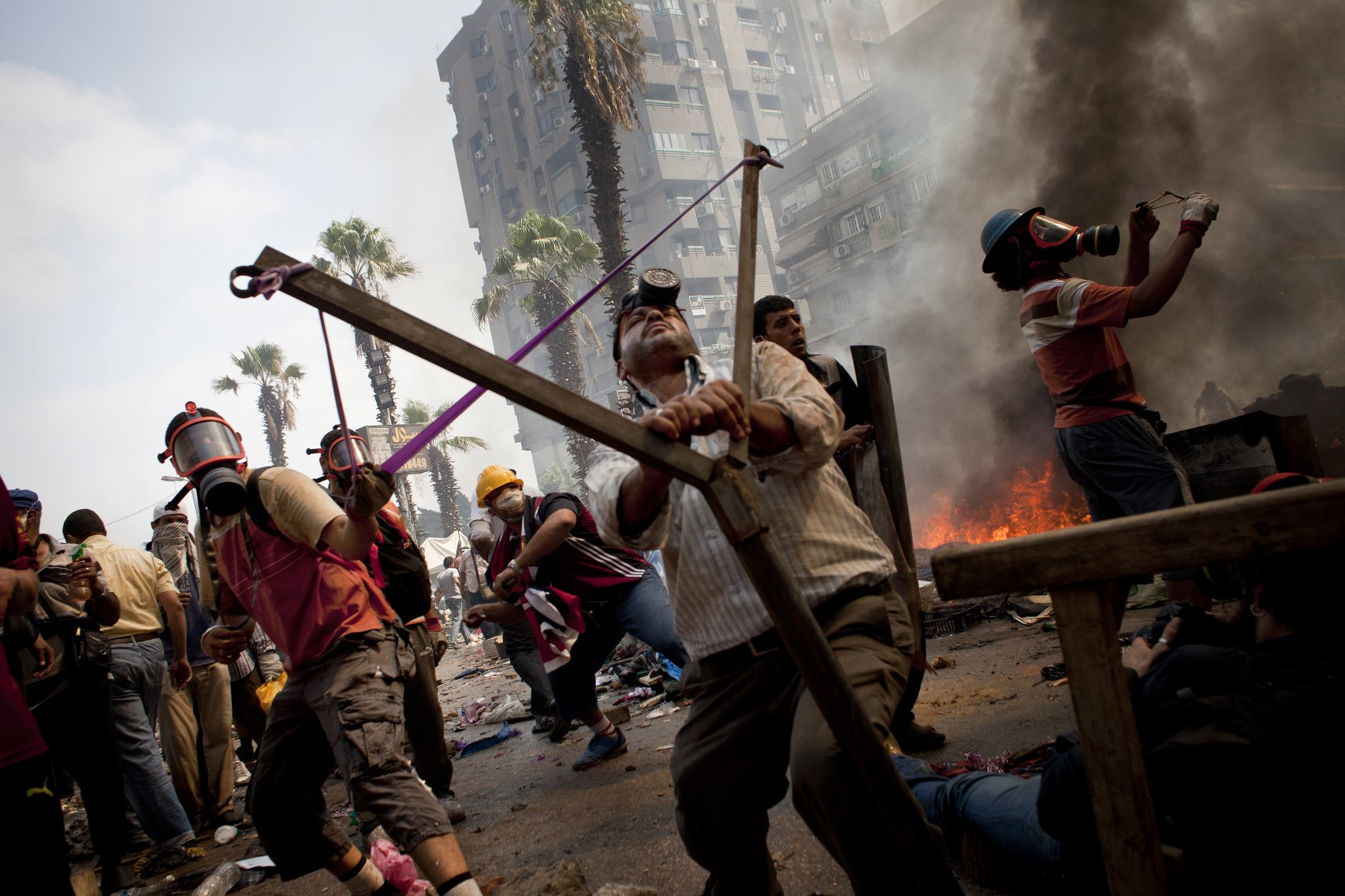 Dos hombres con un gran tirachinas en el Cairo.