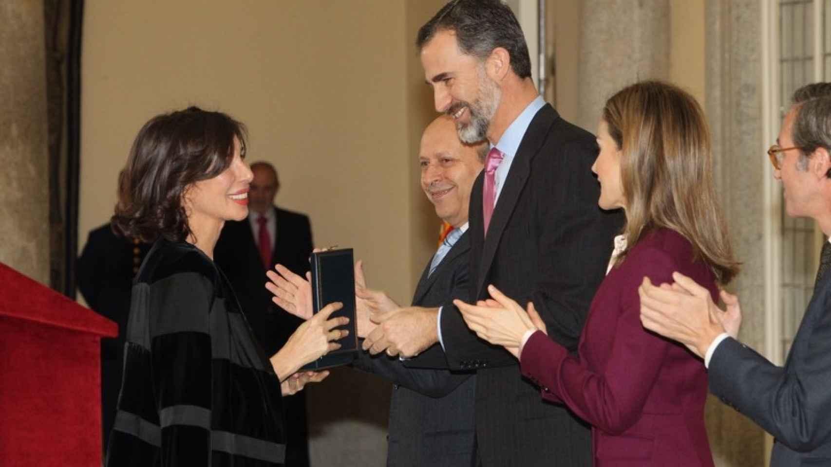 Sybilla recibiendo de manos de los Reyes la Medalla de Oro al Mérito