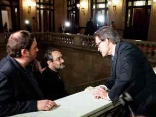Antonio Baños y Oriol Junqueras escuchan a Artur Mas en las escaleras del Parlament