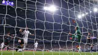 Ibrahimovic intenta rematar frente a Keylor Navas.