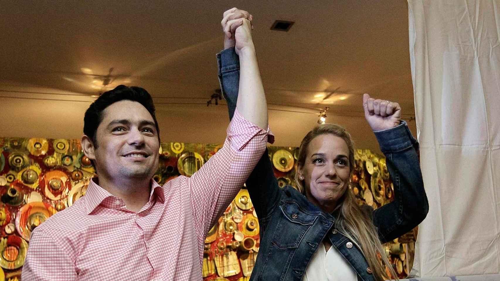 El opositor Carlos Vecchio y Lilian Tintori, esposa de Leopoldo López.