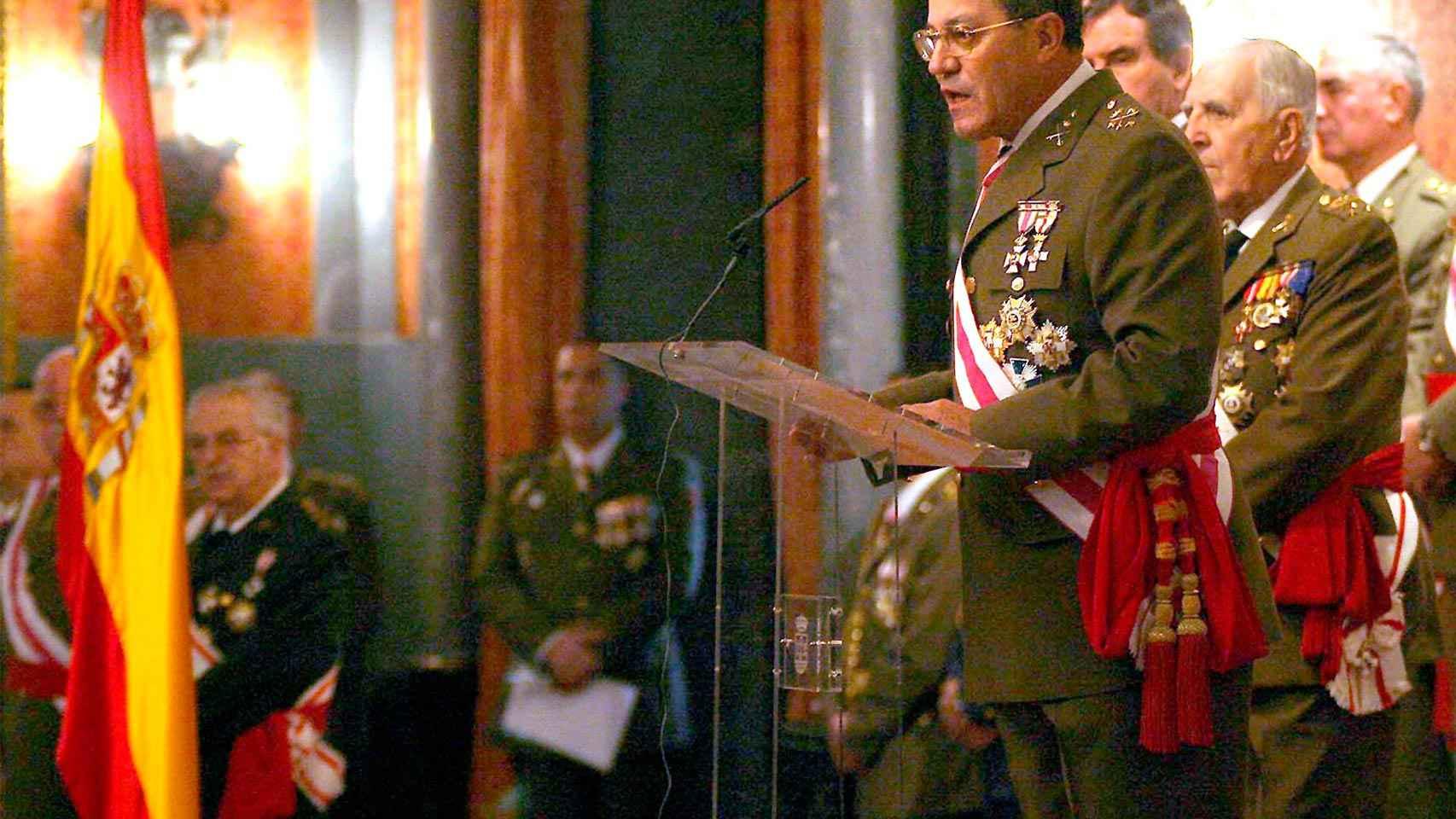 El teniente general José Mena pronuncia su discurso en la Pascua militar de 2006.
