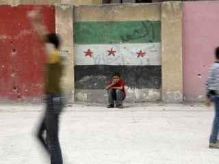Los niños juegan en el patio de un colegio en Alepo, bastión de la oposición siria.