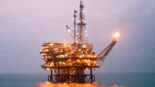 Una plataforma petrolera en aguas de Tarragona.