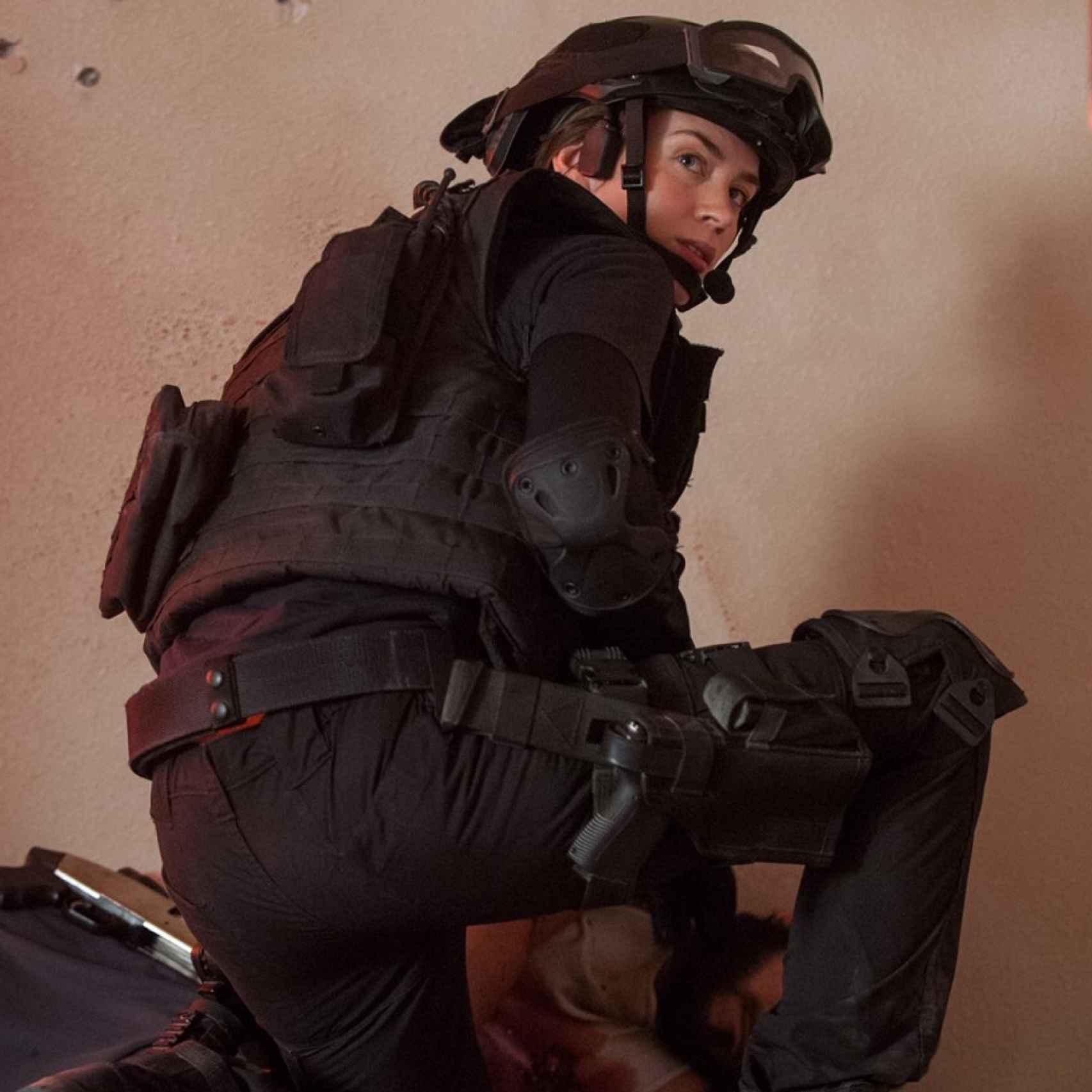Emily Blunt es la agente Kate Macy.