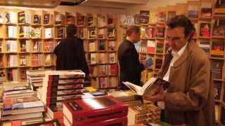 Un cliente en la librería Antonio Machado.