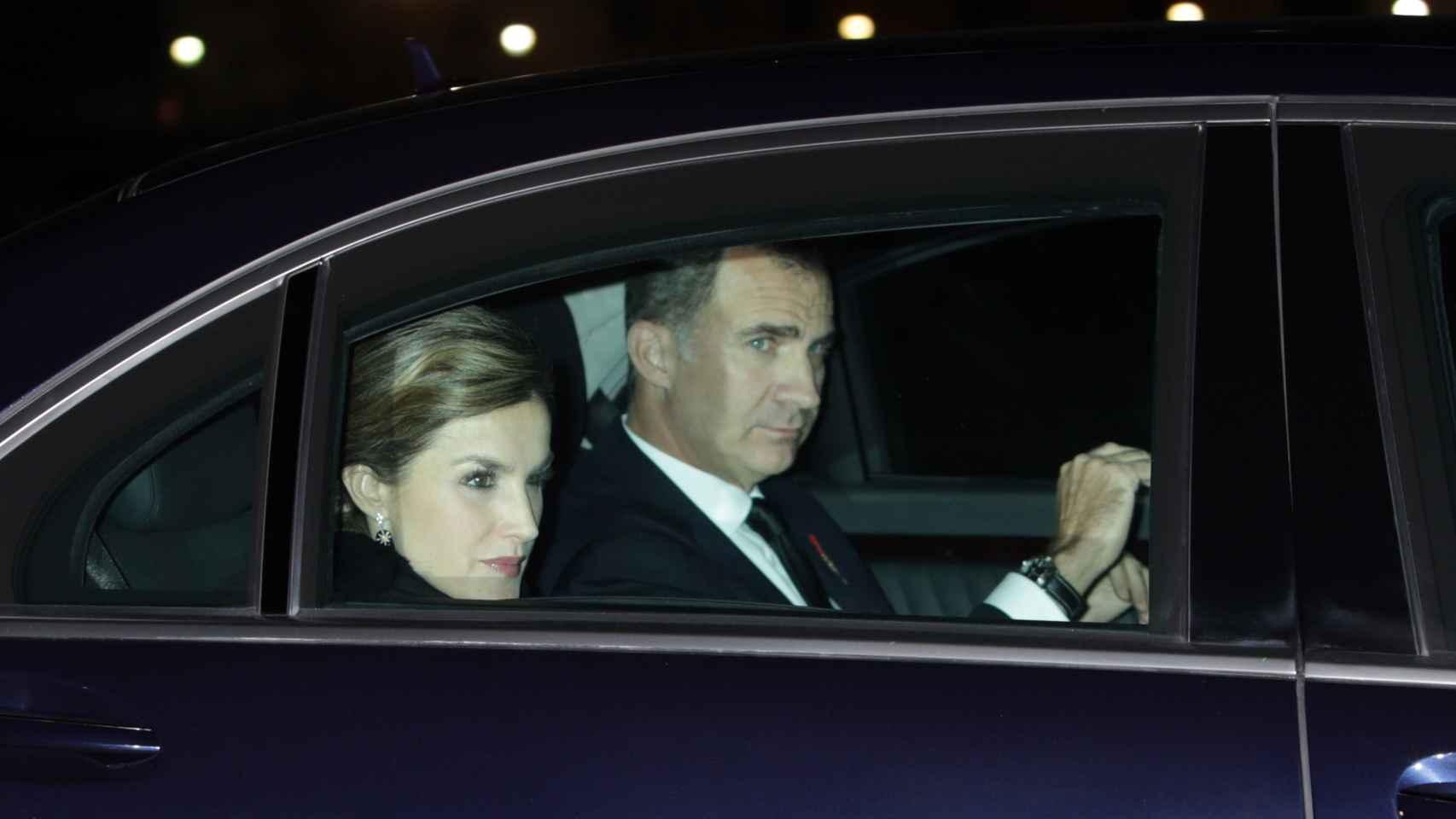 Los reyes llegan en coche oficial al funeral del infante Don Carlos