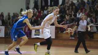 Natasa Kovacevic (de blanco), durante el Estrella Roja-Student Nis.