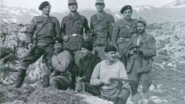 Leigh Fermor y Moss, como cabos alemanes, con el resto del comando