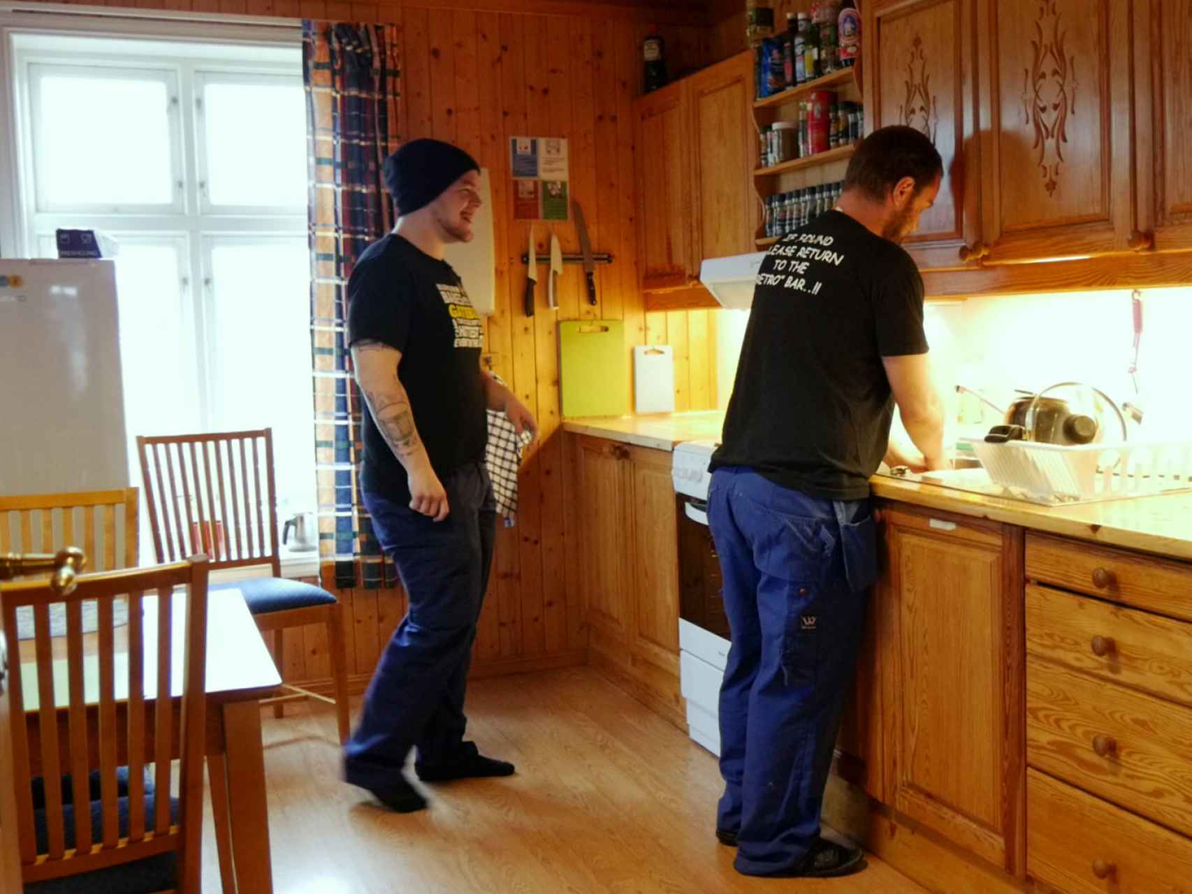 Dos presos en la cocina.