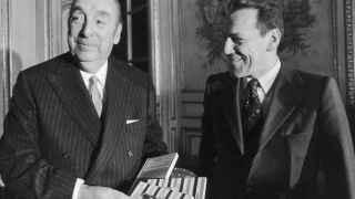Pablo Neruda (Izda) y el editor Lucien Seve, en 1972