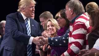 El republicano Donald Trump saluda a sus seguidores en Iowa.