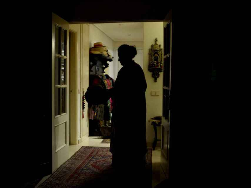Dolores E. en su domicilio a las afueras de Madrid.
