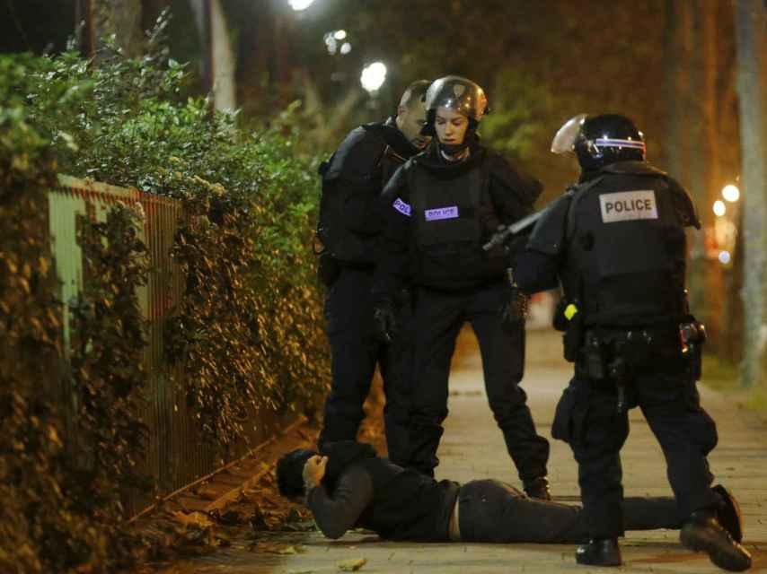 Agentes de la Policía francesa en las inmediaciones de la sala Bataclan