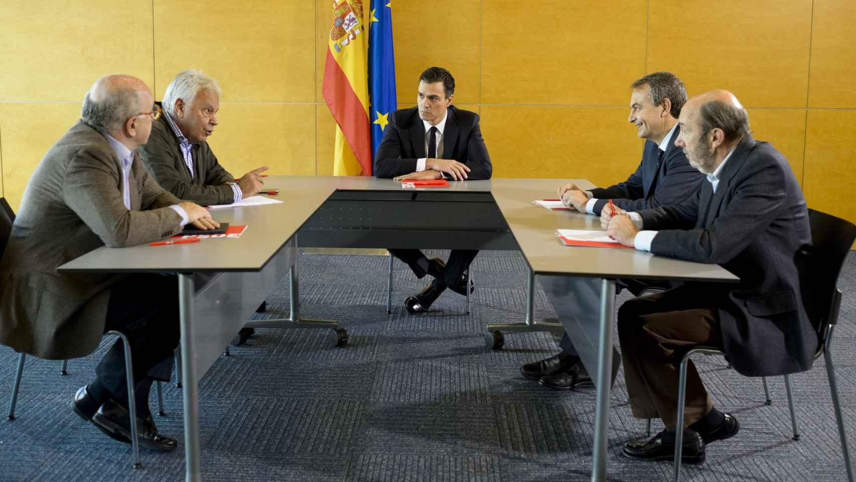 Sánchez, con los exlíderes socialistas, esta mañana en Madrid.
