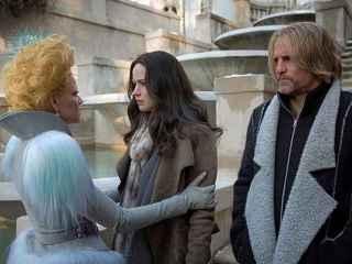 Jennifer Lawrence y Woody Harrelson con abrigo de Etxberria