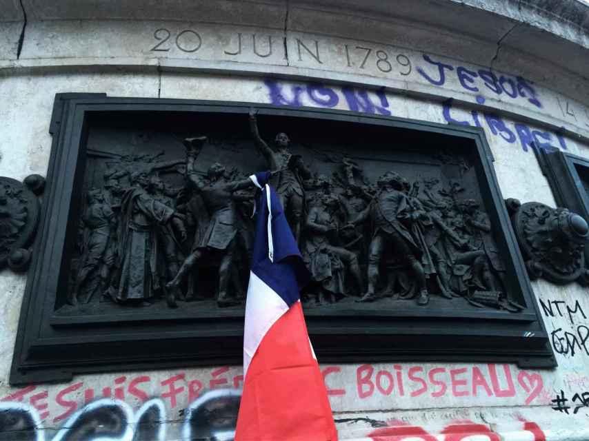 Una bandera, en el bajo relieve homenaje al Juramento del Juego la Pelota.