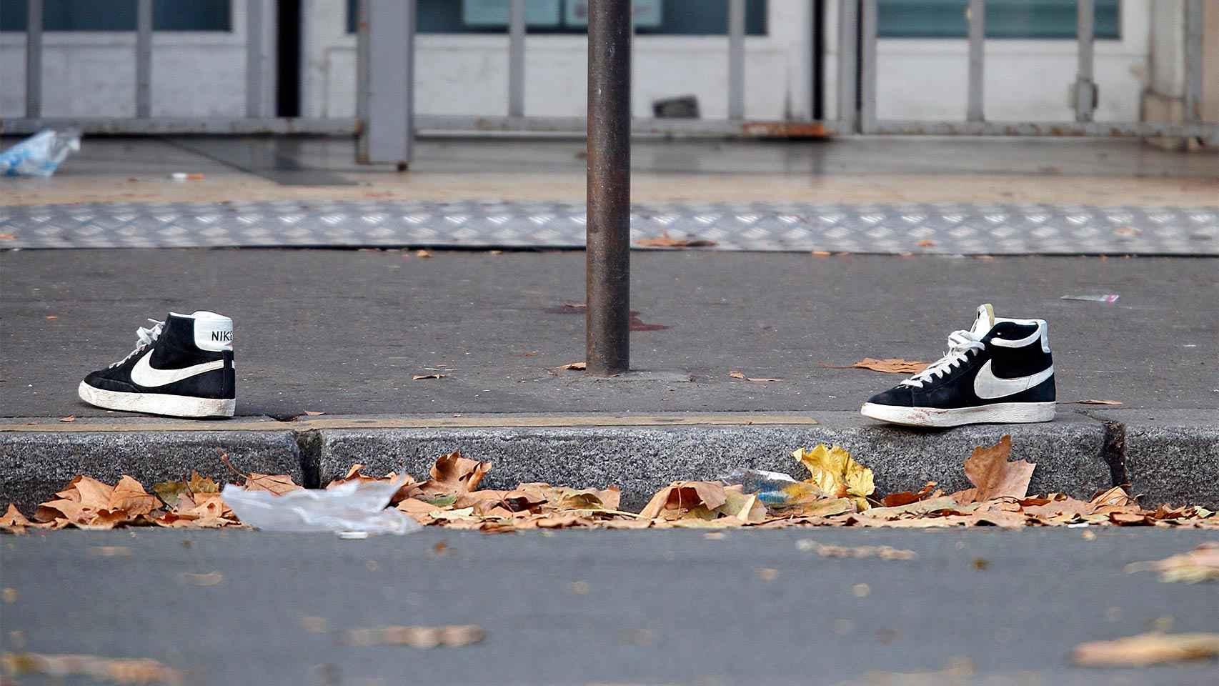 Las zapatillas de una de las víctimas yacen a las puertas de la sala Bataclan.