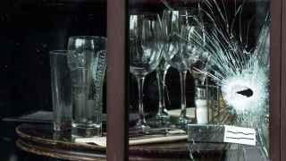 Un tiro en la vidriera del Café Bonne Biere