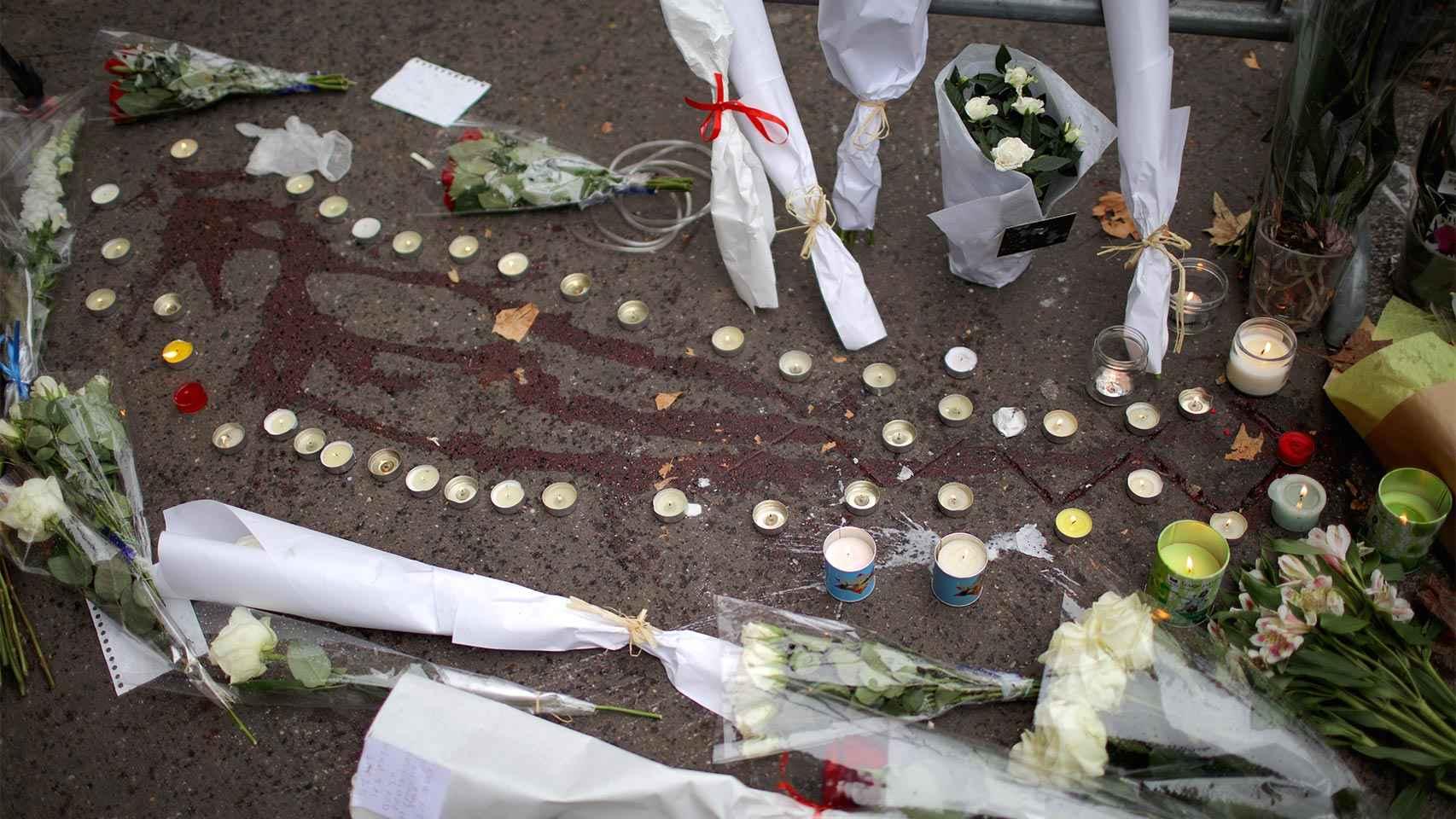 Velas, flores y restos de sangre a las puertas del Bataclan.