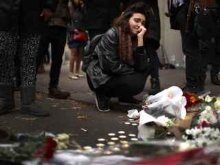 Una joven llora desconsolada a las puertas del Bataclan.