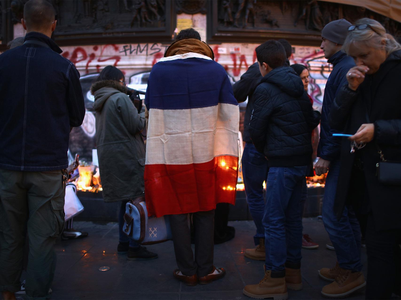 Parisinos colocan velas y mensajes en la Place République.