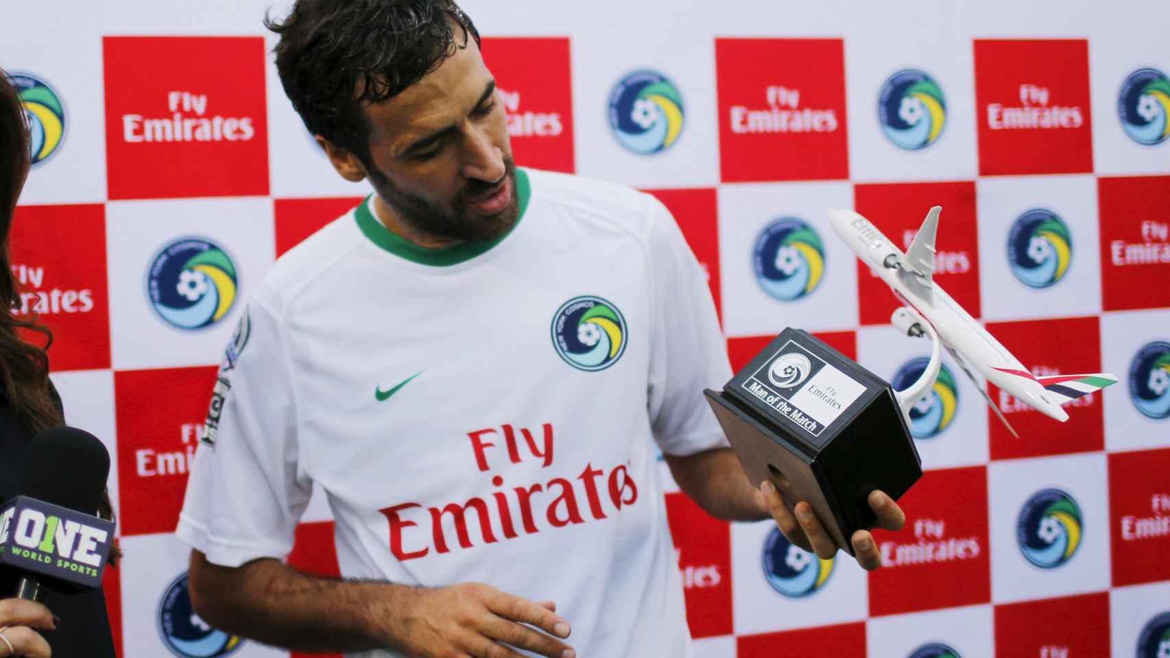 Raúl con el trofeo al mejor jugador en las semifinales contra Ft. Lauderdale Strikers.