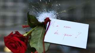 Una rosa metida en el agujero de una bala.