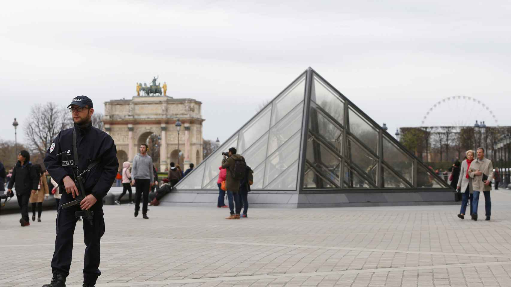 Patrullas policiales cerca del Museo del Louvre este sábado.