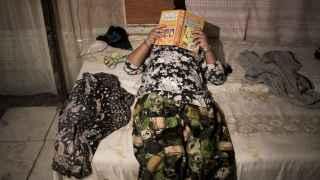 Valica, de 11 años, leyendo en su cama