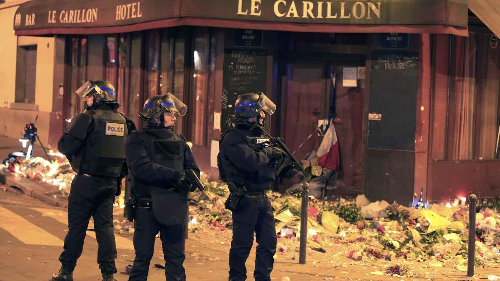 Agentes de Policía en el restaurante Le Carillon, uno de los escenarios de la matanza