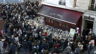 Parisinos homenajean a los fallecidos a las puertas del restaurante La Carillon