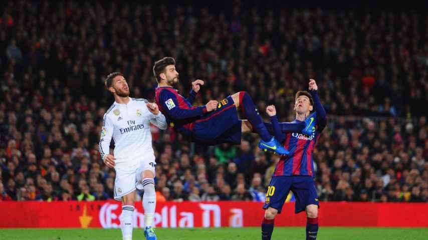 Piqué despeja delante de Ramos / Álex Caparrós / Getty Images