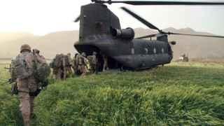 Efectivos españoles embarcan en un helicóptero Chinook en la base de Hernán Cortés, Afganistán.
