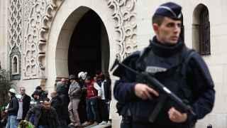 Fuerzas de seguridad en una mezquita de París tras el ataque a Charlie Hebdo