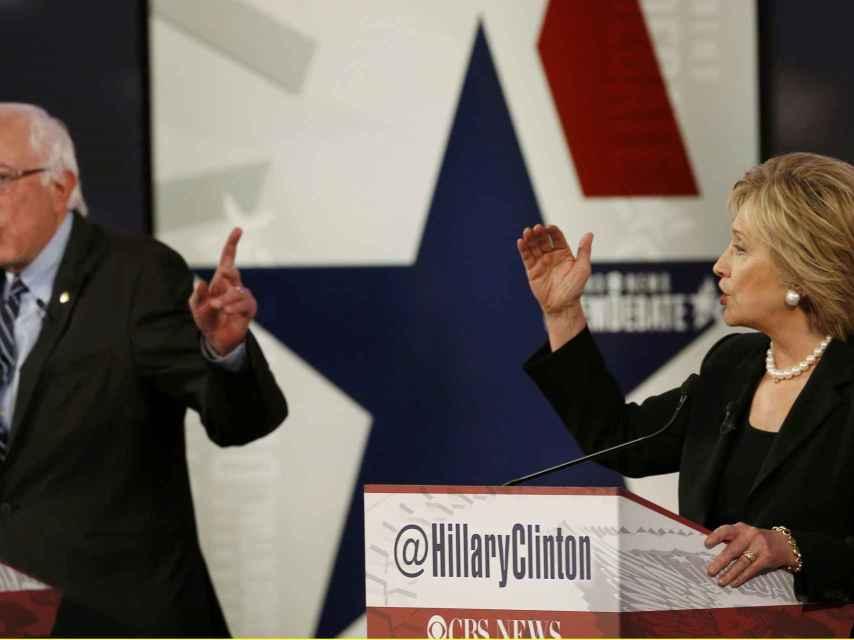 Hillary Clinton, debatiendo con el senador Bernie Sanders