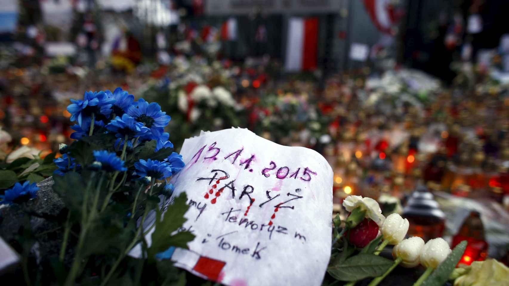 Miles de flores y velas recuerdan a los fallecidos por toda la ciudad.