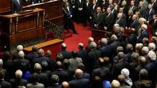 Hollande y la Asamblea entonan La Marsellesa.