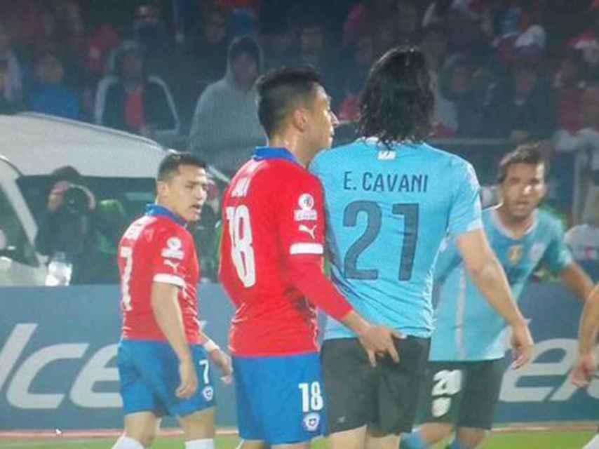 Gonzalo Jara provoca a Cavani en el Chile-Uruguay del 24 de junio pasado.