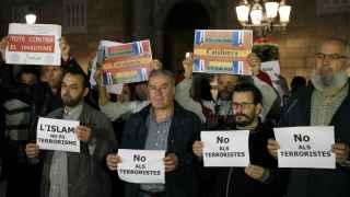 Manifestantes musulmanes rechazan en Barcelona los atentados de París.