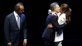 Mauricio Macri besa a su esposa al final del debate bajo la mirada de Daniel Scioli.