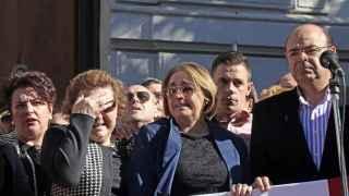 La familia del granadino fallecido, con las autoridades de la ciudad andaluza