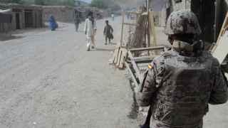 Un efectivo español patrulla en Afganistán, escenario de lucha antiterrorista.