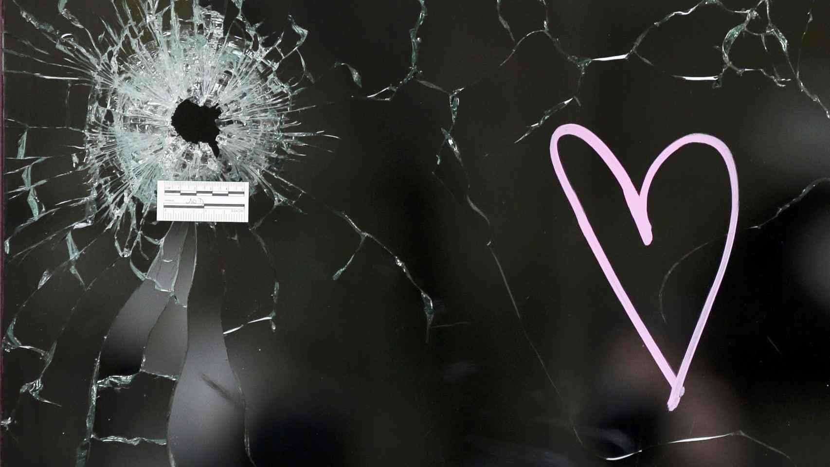 Imagen de uno de los impactos de bala en el restaurante Carillon