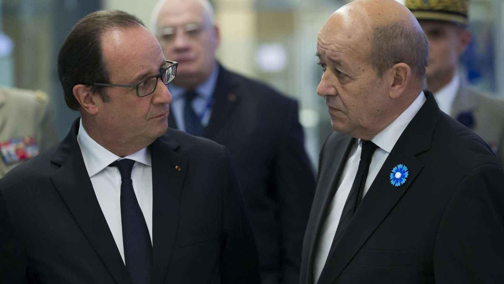 El presidente francés, François Hollande, y el ministro de Defensa, Jean-Yves Le Drian
