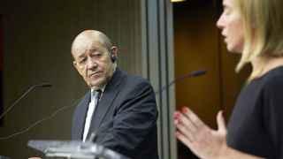 El ministro francés de Defensa, Jean-Yves Le Drian, y la jefa de la diplomacia europea, Federica Mogherini.