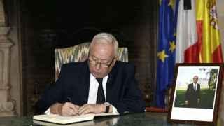 El ministro de Asuntos Exteriores, José Manuel García-Margallo, firma en el libro de condolencias en la residencia del embajador de Francia en España