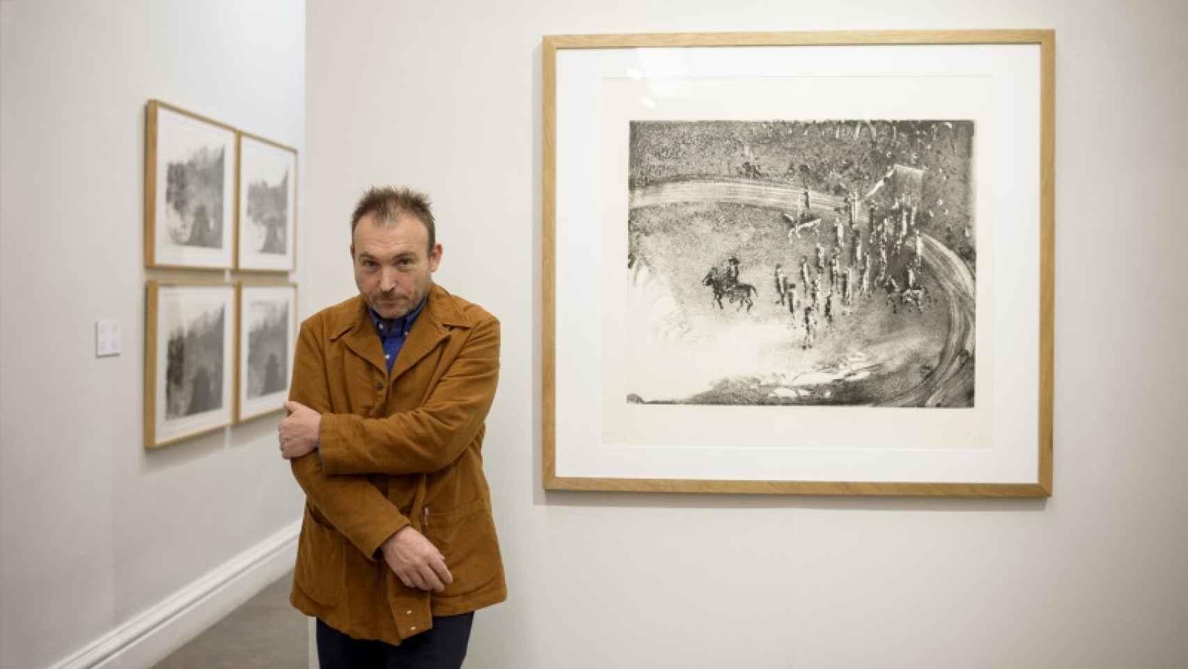 El artista mallorquín junto a uno de sus grabados taurinos.