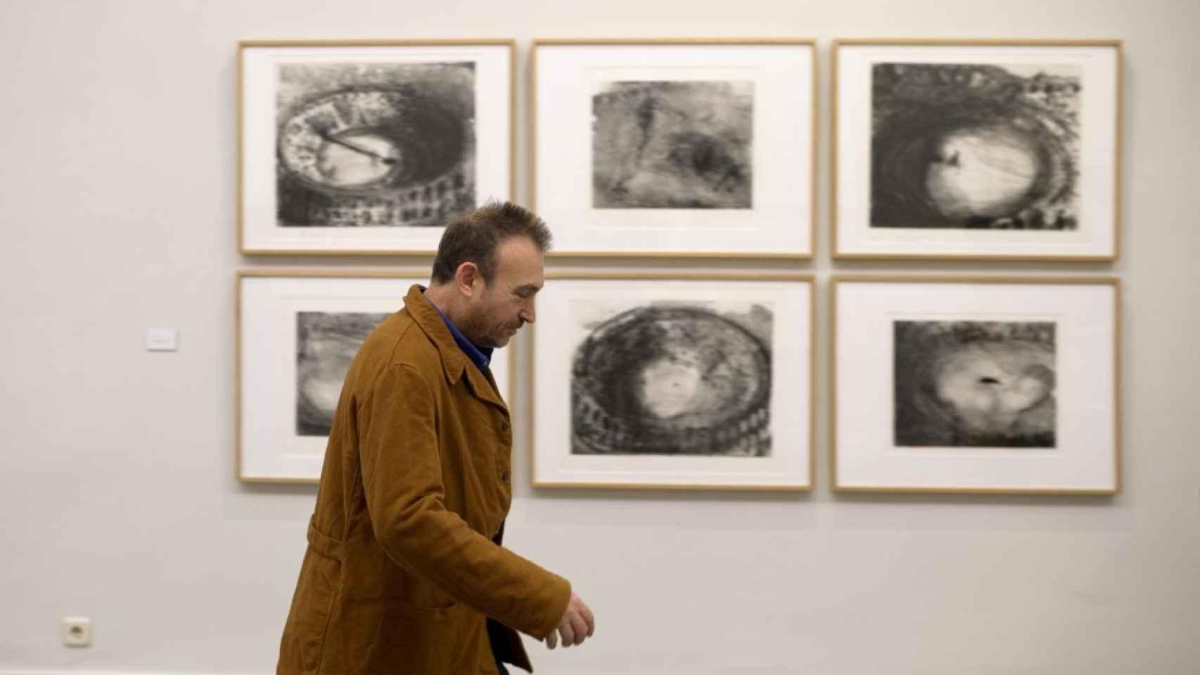 Paseando por la exposición sobre sus grabados.
