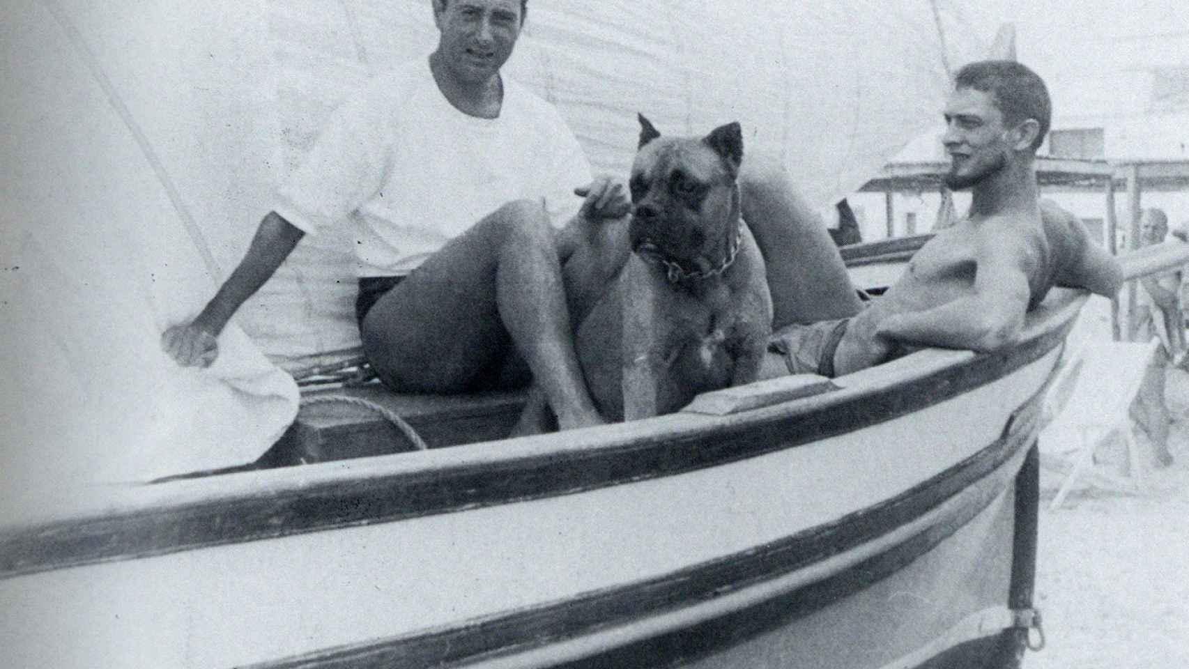 Barral, con su perro Argos en la década de 1950